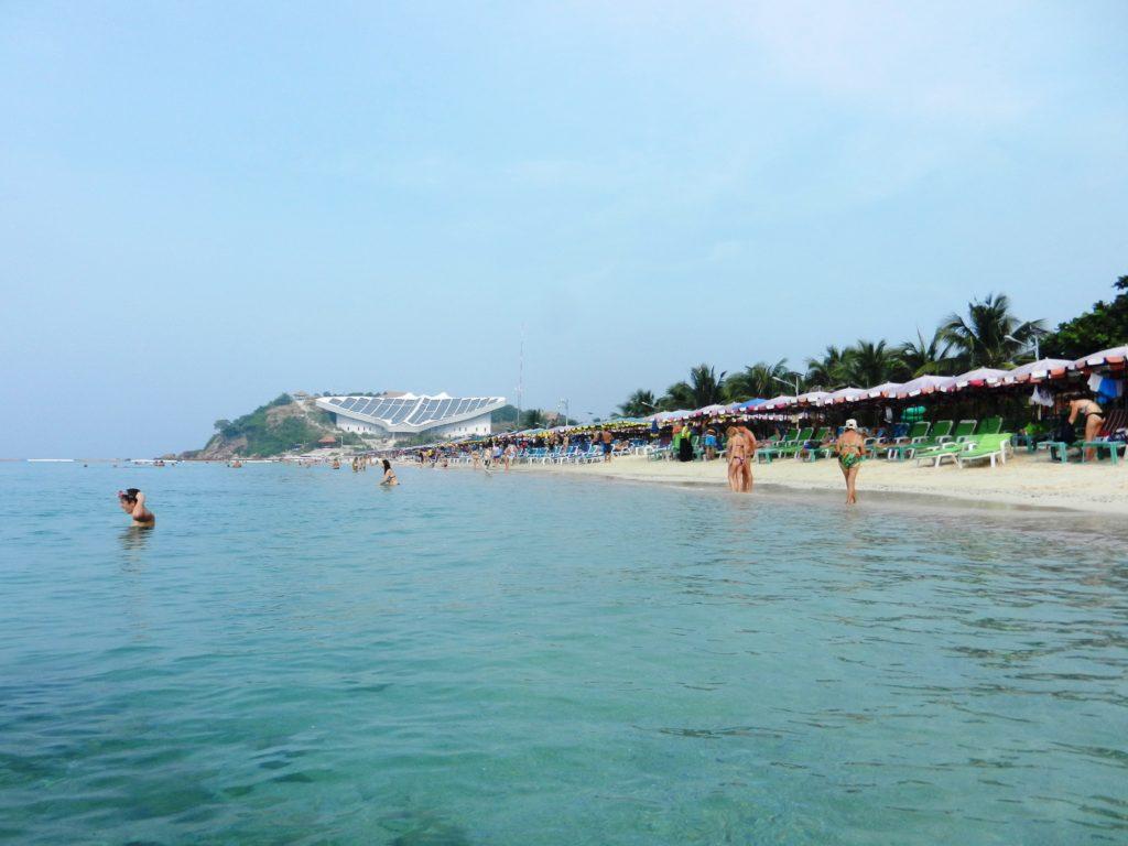 Один из пляже острова Ко Лан. Утро, потому отдыхающих мало.
