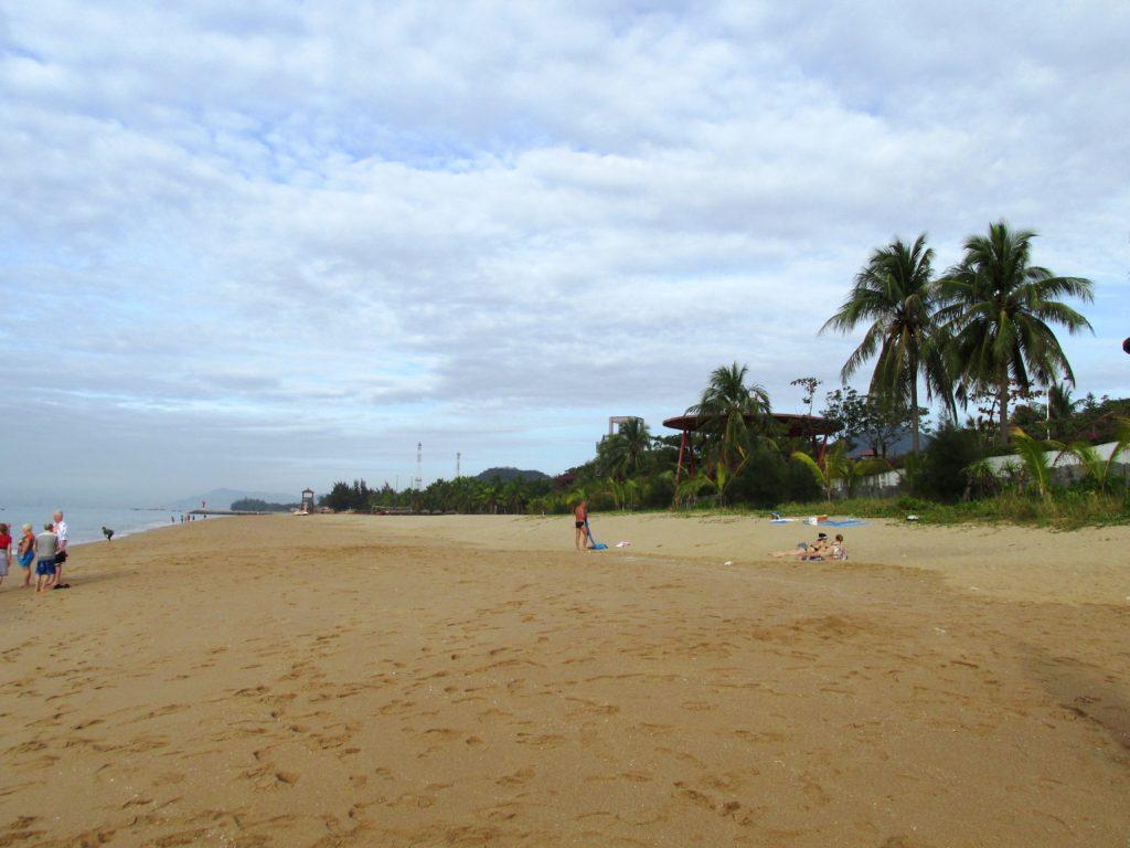 Турпоездка в Китай. Большой и пустой пляж рядом с отелем. Нет ни лежаков, ни зонтиков